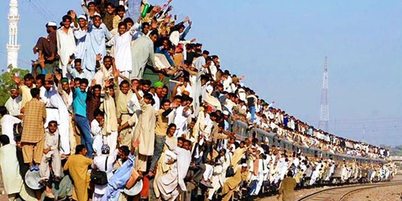 Pakistan train rush