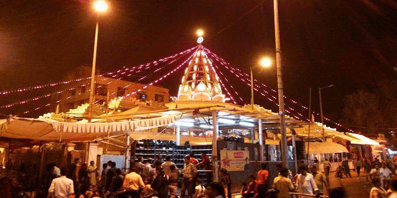 Jhandewalan Mandir by Delhi Metro